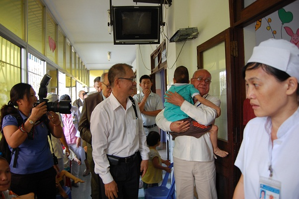 Đoàn đại biểu thăm Làng Hòa bình – Bệnh viện Từ Dũ