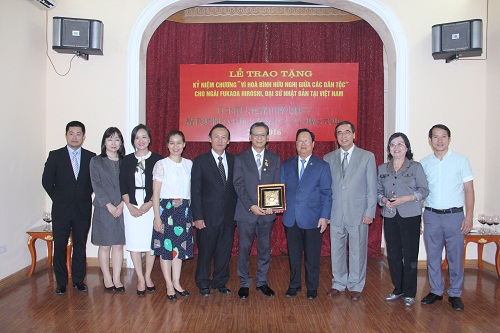 """Trao Kỷ niệm chương """"Vì hòa bình, hữu nghị giữa các dân tộc"""" cho Đại sứ Nhật Bản"""